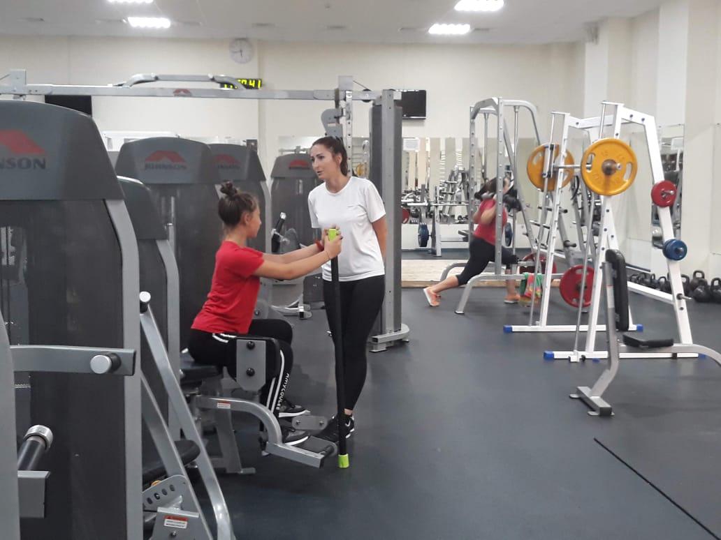 Тренировка спины для девушек в тренажерном